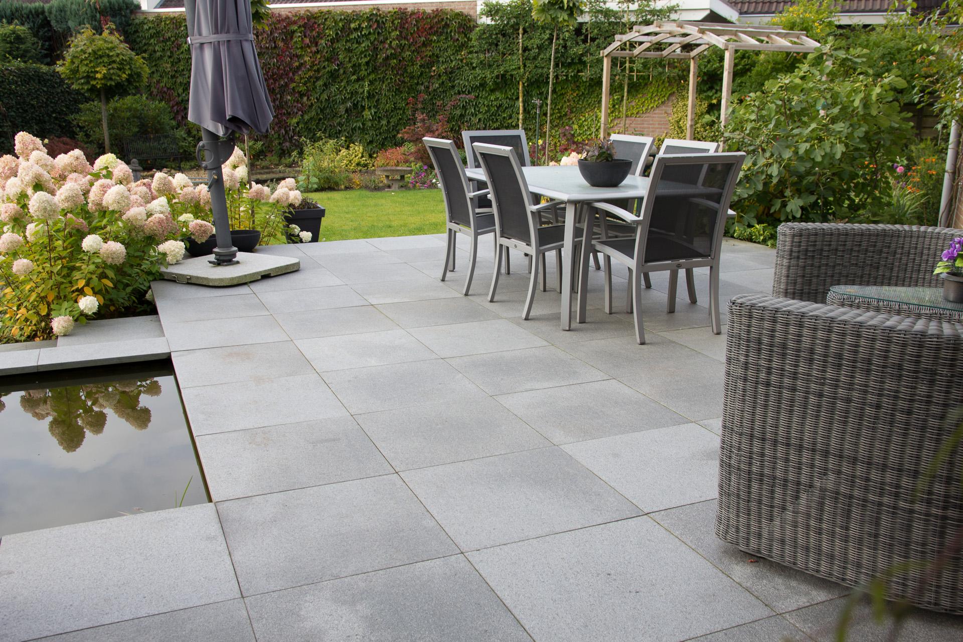 Strakke tuin in nijverdal met vijver in het teras tuincentrum bloemsierkunst - Voorbeeld van terras ...